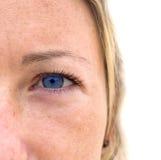 Cara de la mujer con los ojos azules coloridos. Fotos de archivo libres de regalías