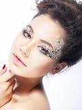 Cara de la mujer de la belleza. Tocado y maquillaje brillantes Fotos de archivo
