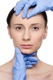 Cara de la mujer de la salud del tacto y del examen del Beautician. imágenes de archivo libres de regalías