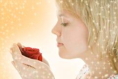 Cara de la mujer del primer con la flor color de rosa Imagen de archivo libre de regalías
