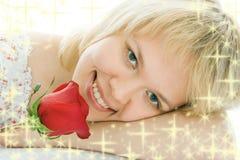 Cara de la mujer del primer con la flor color de rosa Imágenes de archivo libres de regalías