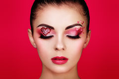 Cara de la mujer hermosa con el corazón del maquillaje del día de fiesta foto de archivo