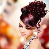 Cara de la mujer hermosa con el peinado de la moda y el makeu del encanto Imagen de archivo