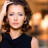 Cara de la mujer hermosa con los pelos rizados largos foto de archivo libre de regalías