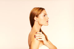Cara de la mujer hermosa joven con la piel limpia Cara en perfil Imagen de archivo libre de regalías
