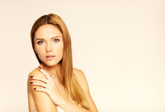 Cara de la mujer hermosa joven con la piel limpia Fondo blanco Fotografía de archivo libre de regalías