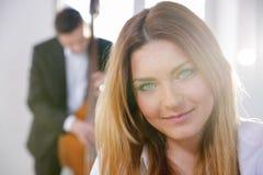 Cara de la mujer joven sonriente en luz del sol Foto de archivo libre de regalías