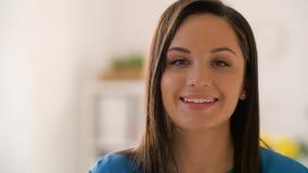 Cara de la mujer joven sonriente feliz metrajes