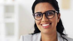 Cara de la mujer joven sonriente feliz en vidrios metrajes