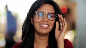 Cara de la mujer joven sonriente feliz en vidrios almacen de video