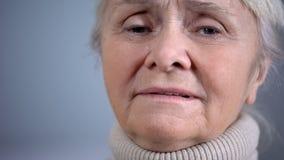 Cara de la mujer mayor gritadora deprimida, inseguridad social, problemas de salud, primer foto de archivo libre de regalías