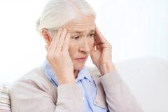 Cara de la mujer mayor que sufre de dolor de cabeza Imágenes de archivo libres de regalías