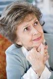 Cara de la mujer mayor seria que mira para arriba Foto de archivo libre de regalías