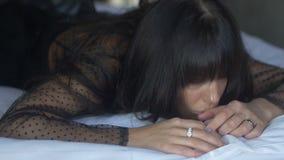 Cara de la mujer morena en la mentira negra en cama almacen de video