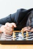Cara de la mujer de negocios abajo en el juego perdidoso de la tabla encima con los ches Fotografía de archivo