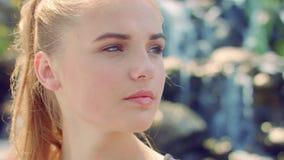 Cara de la mujer Primer de la mujer rubia Retrato de la mujer joven al aire libre metrajes