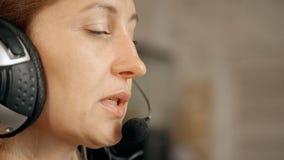 Cara de la mujer que trabaja como consultor de la línea directa metrajes