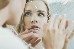 Cara de la mujer reflejada en espejo Imágenes de archivo libres de regalías