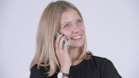 Cara de la mujer rubia feliz joven que habla en el teléfono almacen de metraje de vídeo