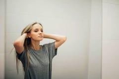 Cara de la mujer sana hermosa joven y de la reflexión en el espejo Imagen de archivo libre de regalías