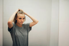 Cara de la mujer sana hermosa joven y de la reflexión en el espejo Foto de archivo libre de regalías