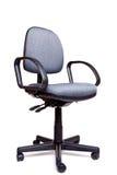 Cara de la silla de eslabón giratorio de la oficina que hace frente al fondo blanco Imagen de archivo