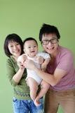 Cara de la sonrisa de la familia (madre, padre y pequeño bebé) Imágenes de archivo libres de regalías