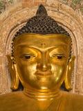 Cara de la sonrisa de la imagen de Buda dentro de la pagoda de Htilominlo Foto de archivo