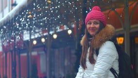 Cara de la sonrisa de la mujer joven en ciudad del invierno metrajes