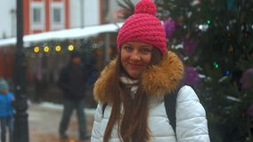Cara de la sonrisa de la mujer joven en ciudad del invierno almacen de video