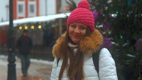 Cara de la sonrisa de la mujer joven en ciudad del invierno almacen de metraje de vídeo