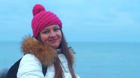 Cara de la sonrisa de la mujer joven en el mar azul metrajes
