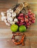 Cara de la sonrisa por los ingredientes de la comida tailandesa, de la cal, del ajo, de cebollas rojas y de la cúrcuma Fotografía de archivo