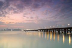Cara de lado oeste del puente del xinglin en la oscuridad Fotografía de archivo libre de regalías