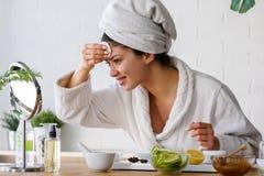 Cara de limpeza da jovem mulher com cosméticos naturais limpe cuidados com a pele frescos imagem de stock