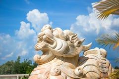 Cara de mármore do leão, leão chinês, pedra cinzelando a escultura, o símbolo do poder, pelo chinês Lion Sculpture de pedra Escul fotografia de stock royalty free