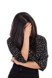 Cara de ocultación de la mujer de negocios en vergüenza aislada en blanco Imagen de archivo