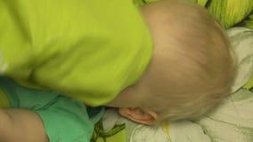 Cara de ocultación de la pequeña muchacha adorable debajo de la manta 4K UltraHD, UHD metrajes