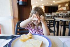 Cara de ocultación del pequeño niño con el jamón Imágenes de archivo libres de regalías