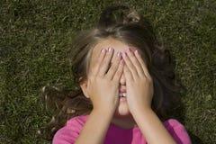 Cara de ocultación de la muchacha Fotografía de archivo