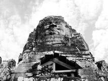 Cara de pedra nas ruínas do templo de Bayon em Angkor Thom Fotos de Stock Royalty Free