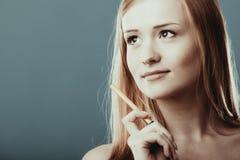 Cara de pensamiento pensativa de la mujer Imagen de archivo
