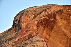 Cara de piedra en el cielo azul Imagen de archivo libre de regalías