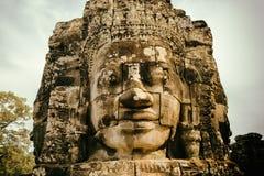 Cara de piedra gigante sonriente enigmática del templo de Bayon, Angkor Thom Fotografía de archivo