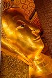 A cara de reclinação da estátua do ouro da Buda em Banguecoque, Tailândia Foto de Stock