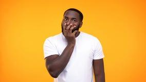 Cara de recubrimiento masculina africana chocada a mano, gesto de la decepción, fracaso imagenes de archivo
