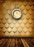 Cara de reloj antigua con el cordón en la pared Imágenes de archivo libres de regalías