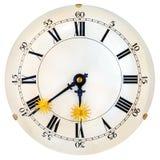 Cara de reloj antigua con las pequeñas manos de reloj de oro del sol Foto de archivo