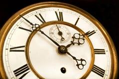 Cara de reloj antigua, tiempo que hace tictac lejos Foto de archivo libre de regalías