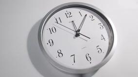 Cara de reloj blanca en la pared metrajes